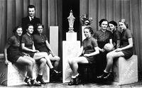 Družstvo žen_s_prvním_pohárem_1937_foto_zdroj_archiv_Házená_VM